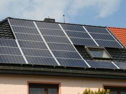 altschwarze Ton-Dachziegel und Solaranlage auf einem Dach