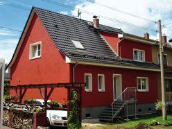 anthrazitfarbenes Ziegeldach auf einem Haus in Pöhlau