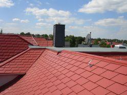 kupferbraunes Blechdach auf einem Wohnhaus in Planitz (Zwickau)