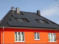 Ziegeldach mit Solaranlage und Schornsteinverkleidung
